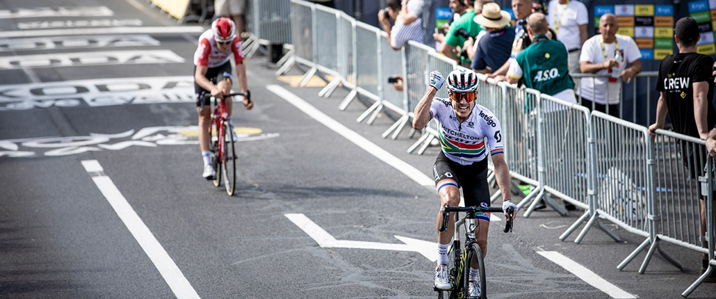 (c) Kramon | Daryl Impey (Mitchelton-Scott) winning stage 9 of the Tour de France 2019. auf dem Weg zum Sieg der 15. Etappe der Tour de France 2019.
