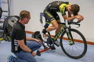Simon Yates vom Team Mitchelton Scott beim gebioMized Bikefitting.