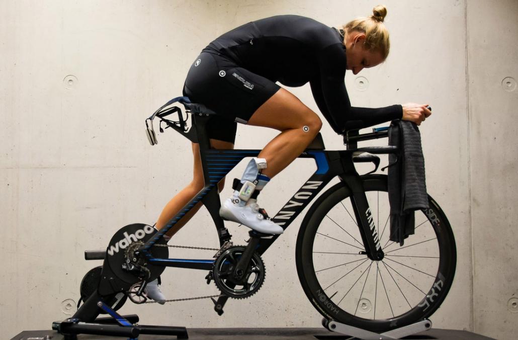 Profi-Triathletin Daniela Bleymehl auf dem Rollentrainer